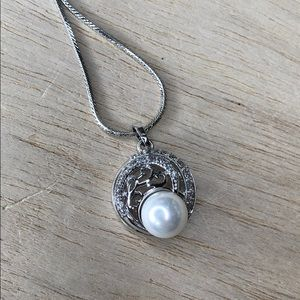 Elegant pearl silver tone necklace